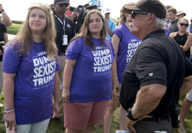 트럼프 골프장 개최 US여자오픈 최종전서 反트럼프 시위
