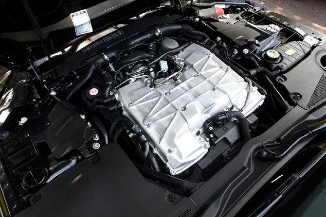 재규어 F-타입 쿠페 SVR 시승기 - V8 슈퍼차저 엔진이 만드는 드라마틱한 드라이빙