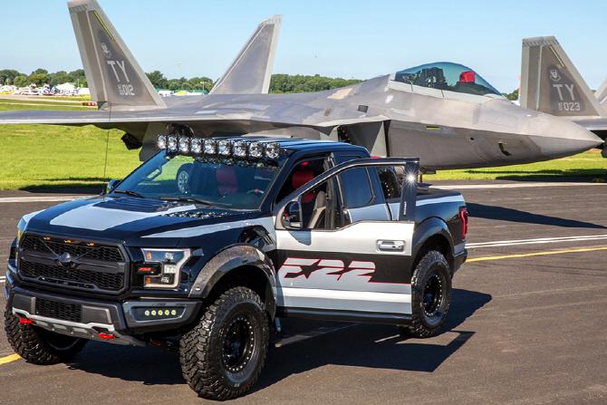 [포토] F-22 랩터와 함께 자리한 포드 `F-150 랩터 F-22 콘셉`