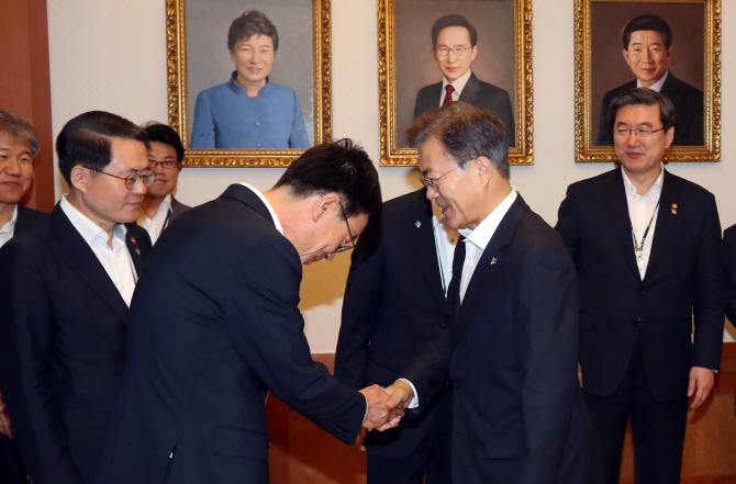 `문재인 대통령께 섭섭해`..김상조 하소연에 김어준 `쌤통`