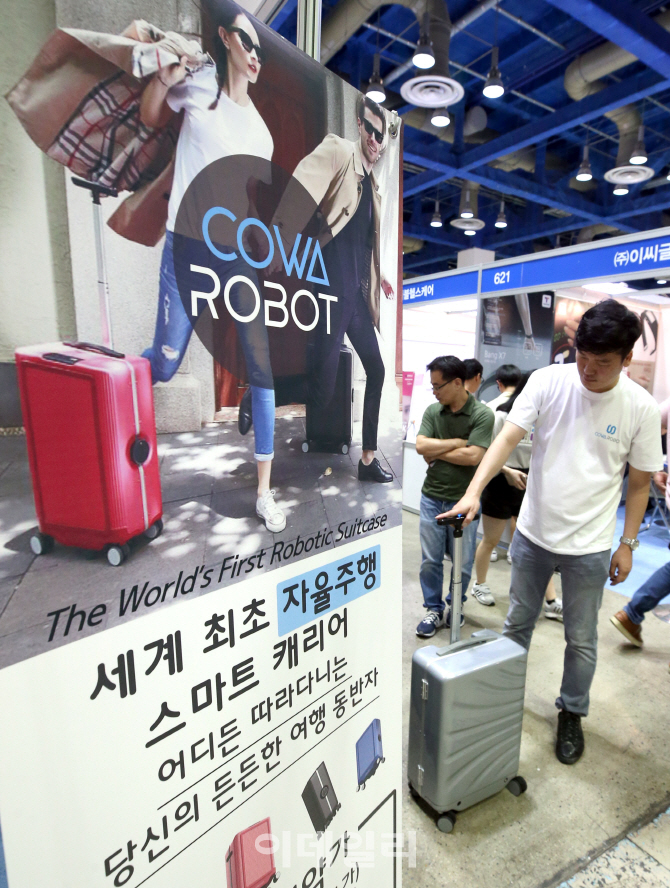 [포토]분실 걱정없는 스마트 캐리어 `코와로봇(COWAROBOT)`