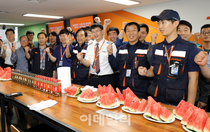 [포토] 수박 선물하는 조종사들