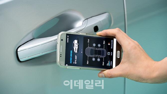 스마트폰으로 문 열고 시동걸고… `NFC 차 키` 시대 엿보기