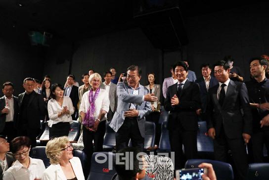 [포토] 택시운전사 주연배우 송강호·유해진 소개하는 文대통령