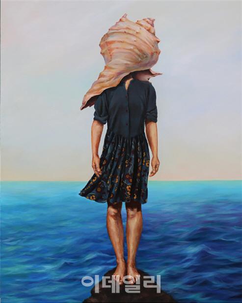 [e갤러리] 여인은 왜 소라껍데기를 뒤집어썼나…허문희 `외딴섬 빈집`