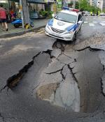 폭우로 내려앉은 도로