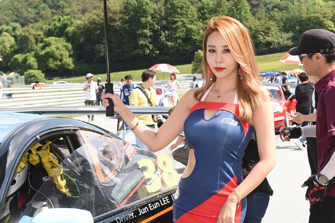 [슈퍼레이스 6전] 레이스카와 함께 포즈를 취하고 있는 레이싱 모델 강하빈