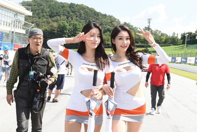 [슈퍼레이스 6전] 카메라를 향해 포즈를 취하는 한국타이어 전속 모델 임솔아, 민채윤