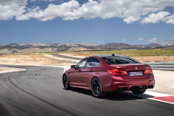 BMW M5 퍼스트 에디션 리뷰 - 더욱 강렬한 존재감을 선사하는 M5의 한정 모델