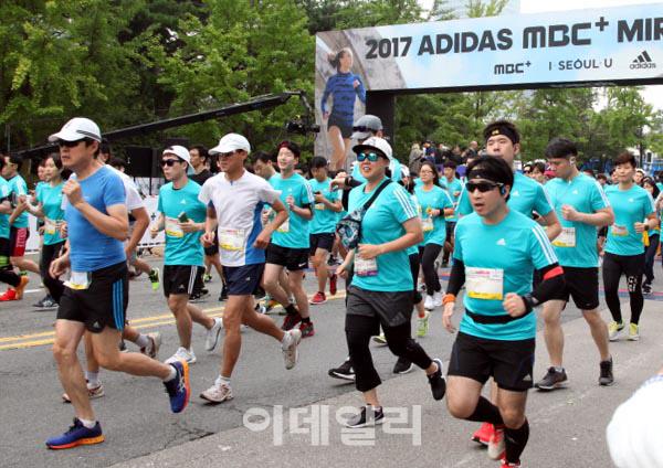[포토]  `2017 마이런 서울`마라톤대회 출발하는 러너들