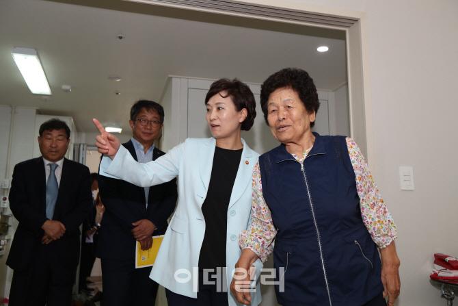 김현미 국토부 장관 `저소득 어르신 위한 공공임대주택 확대`