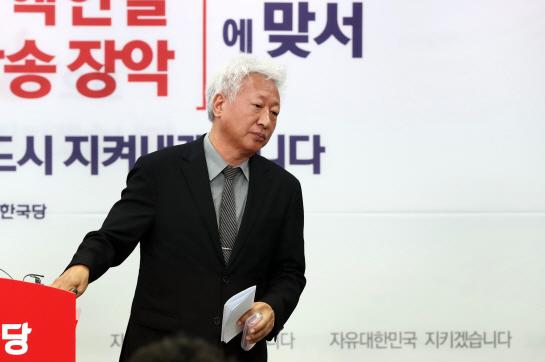 """한국당 혁신위, 박근혜·서청원·최경환 자진탈당 권고..洪 """"혁신안 수긍"""""""