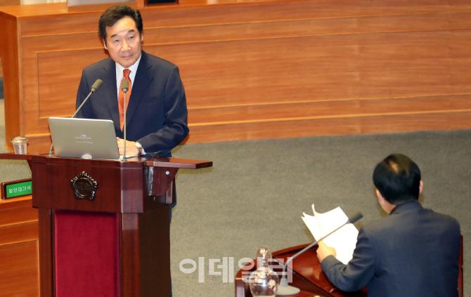 [포토]국회 경제분야 대정부 질문 경청하는 이낙연 총리