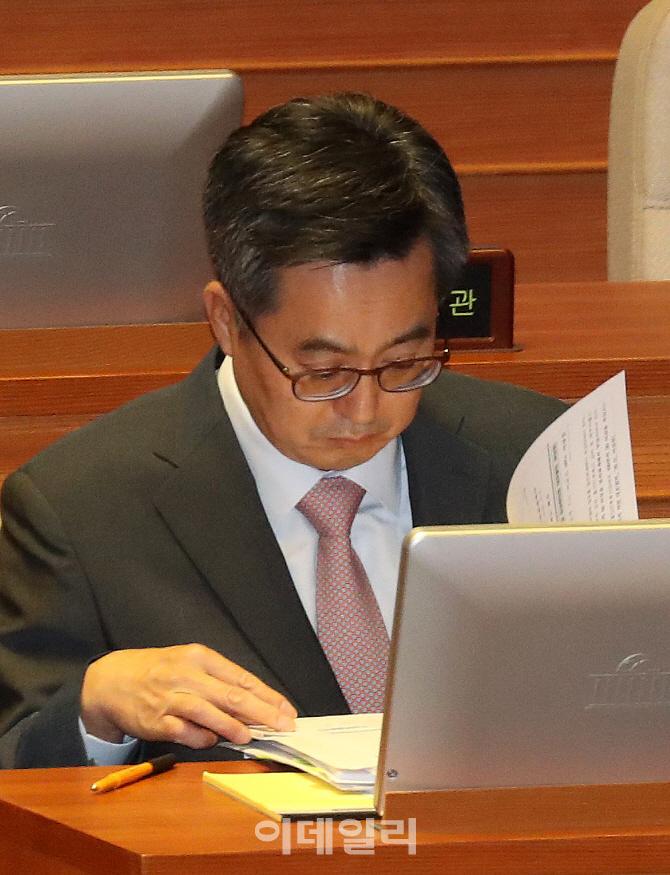[포토]국회 경제분야 대정부 질문 준비하는 김동연 부총리