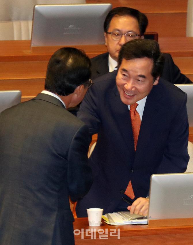 [포토]인사 나누는 이낙연 총리-홍철호 바른정당 의원