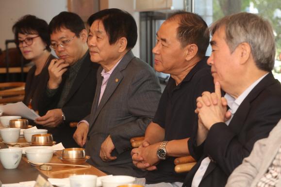 왕자신 시인 `마음과 마음 연결해야 동북아 갈등 해결`