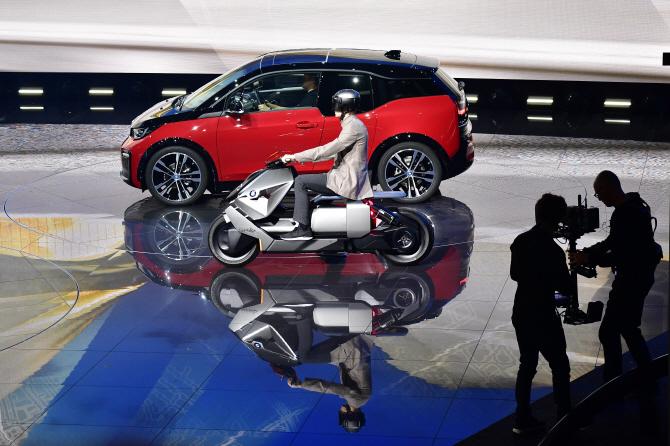 BMW i3와 나란히 가는 오토바이는..