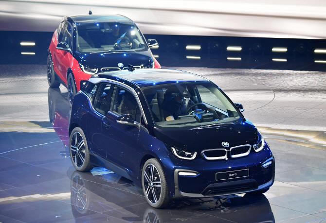 나란히 입장하는 BMW i3