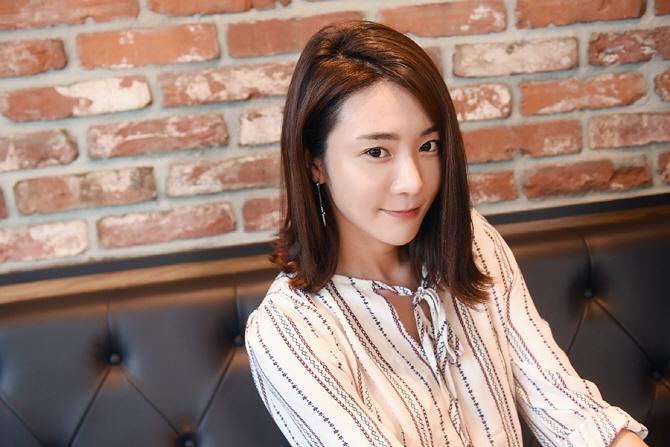 인터뷰 중 카메라를 바라보며 포즈를 취하는 레이싱 모델 김보람