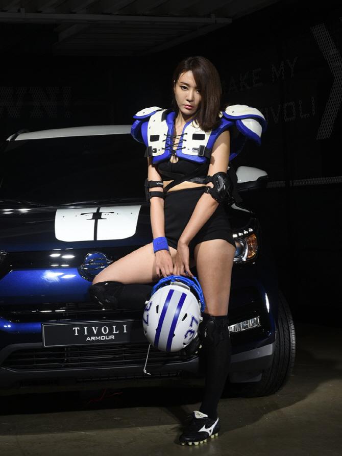 티볼리 아머와 함께 강렬한 매력을 뽐내는 레이싱 모델 김보람