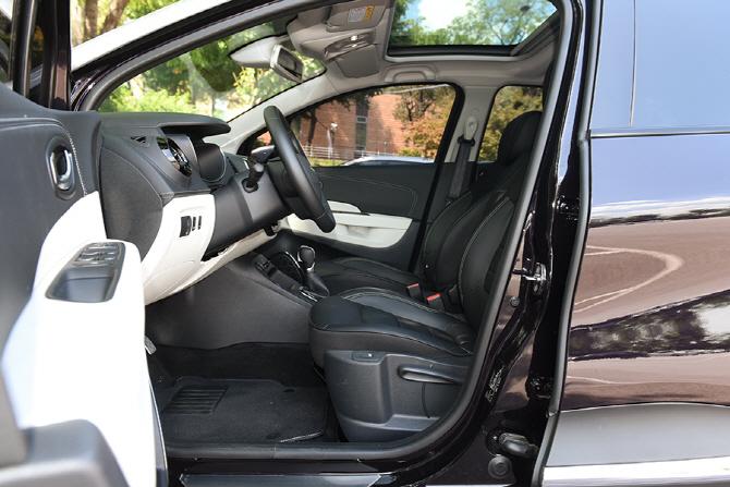 투톤 디자인으로 시각적인 만족감을 높인 르노삼성 뉴 QM3의 1열 공간