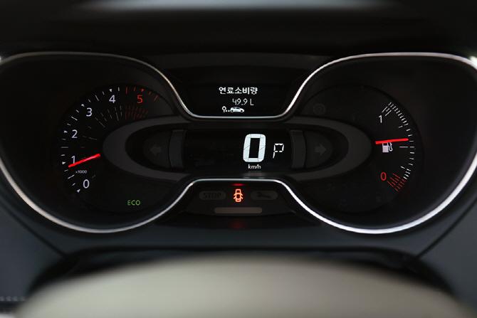 깔끔한 구성으로 우수한 시인성을 자랑하는 르노삼성 뉴 QM3의 계기판