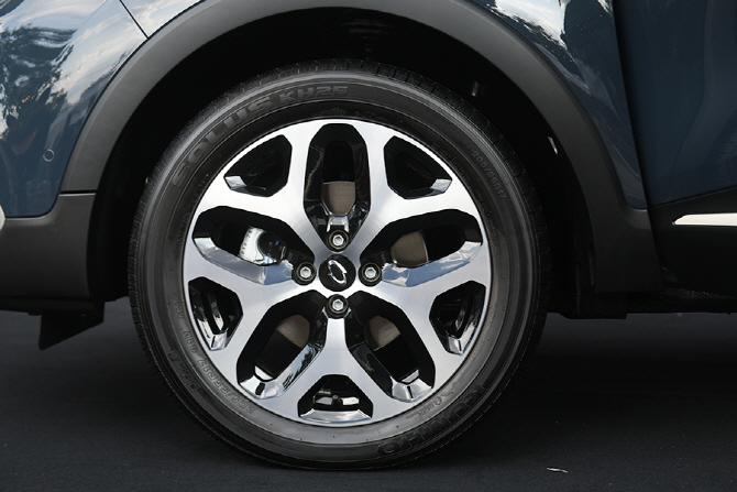 깔끔한 투톤 디자인이 적용된 르노삼성 뉴 QM3의 알로이 휠