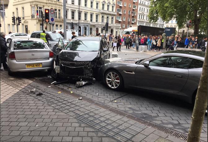 英런던서 승용차가 시민 향해 돌진해 11명 부상…경찰 `테러 연관성 없어`