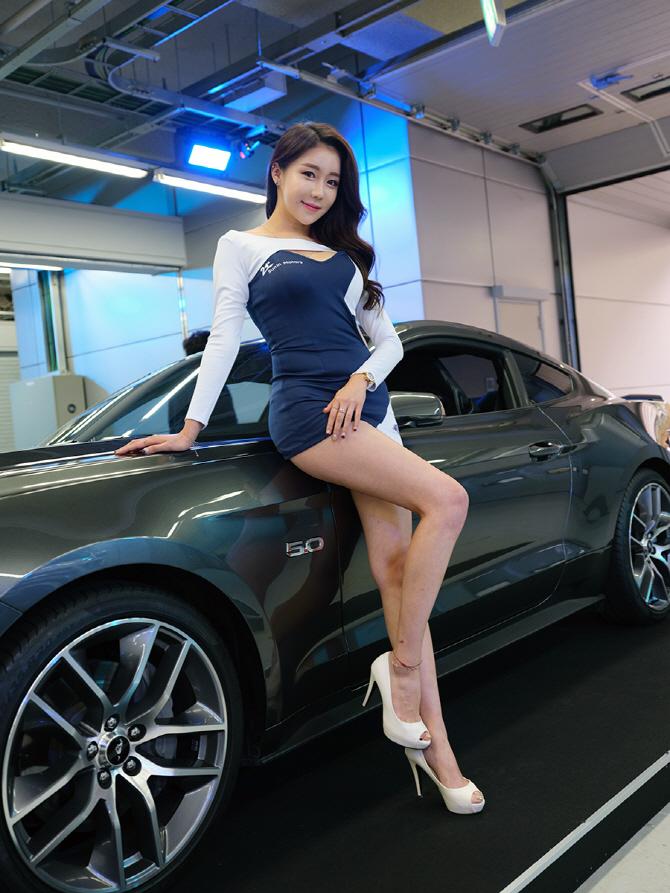 [머스탱 트랙데이] 포드 머스탱 GT에 기댄 레이싱 모델 민채윤