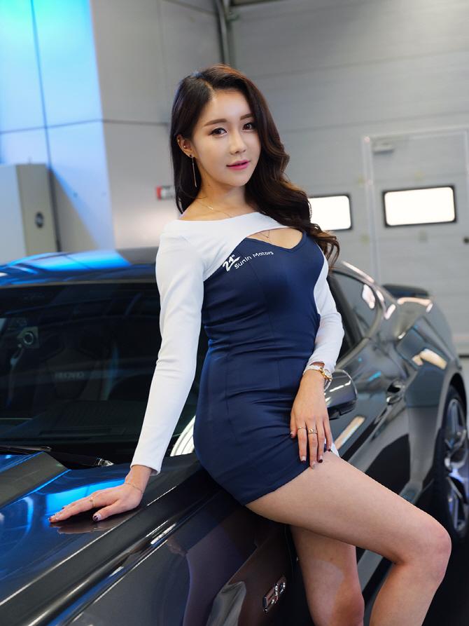 [머스탱 트랙데이] 포드 머스탱 GT과 함께 포즈를 취하는 레이싱 모델 민채윤
