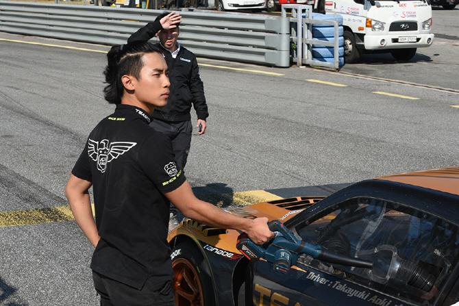 타카유키 아오키에게 바람을 더해주는 팀106의 미케닉