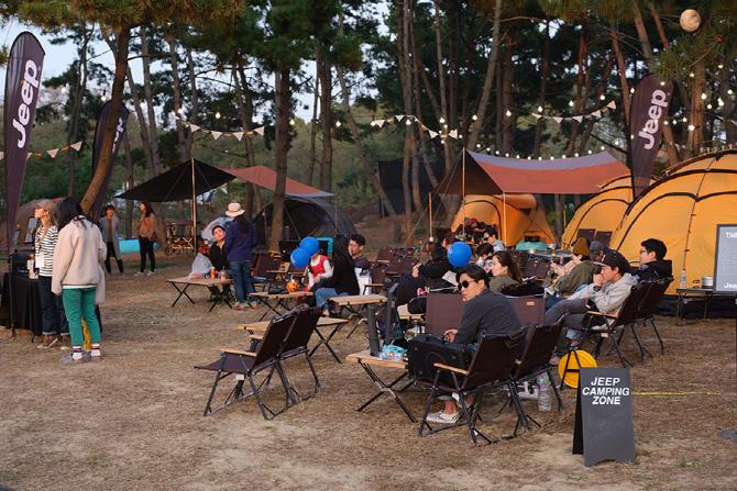 지프 캠핑 존에서 휴식을 즐기는 참가자들