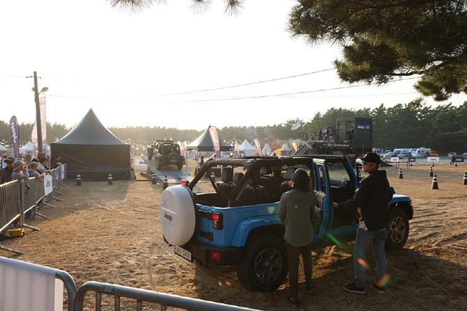 고 아웃 캠프 9에 마련된 드라이브 스루에 참여하는 관람객들