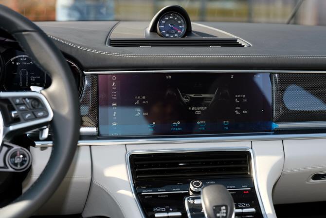 다양한 기능과 만족감을 높은 포르쉐 뉴 파나메라 4S의 디스플레이 패널