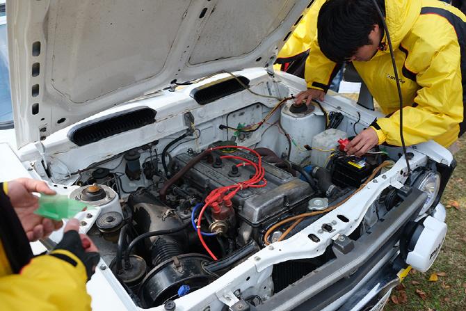[신시로 랠리 2017] 코롤라 레빈 TE27의 엔진을 살펴보는 사람들