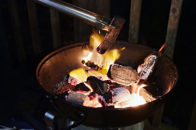 [G4 렉스턴 고메 글램핑] 저녁을 위해 불이 붙은 화로