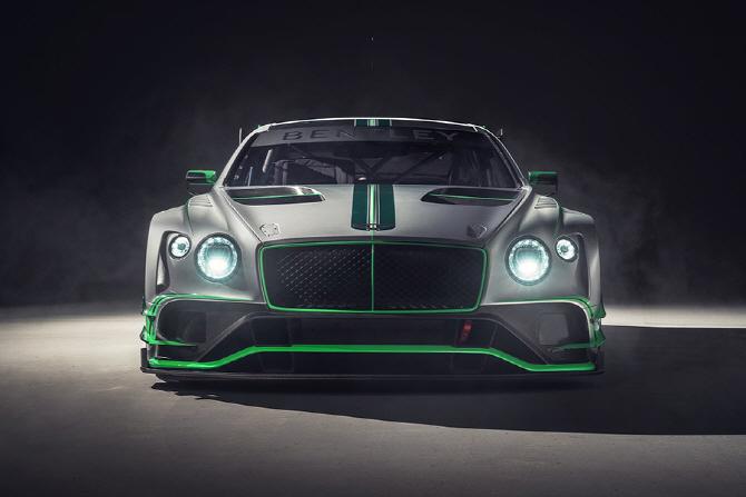 와이드한 차체가 돋보이는 벤틀리 컨티넨탈 GT3 레이스카