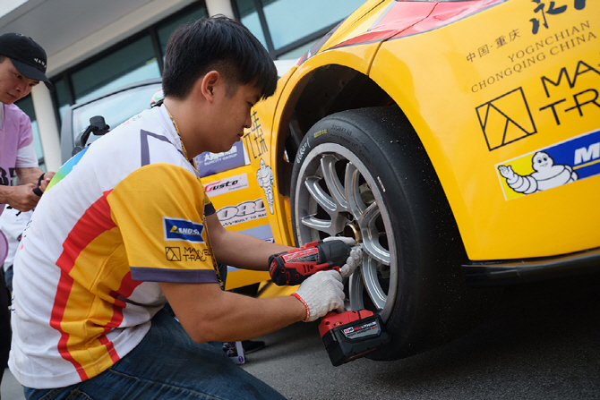 [마카오 GP] 레이스카의 타이어를 교체하는 미케닉