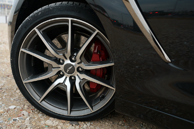 스포티한 제네시스 G70의 휠과 붉은 브레이크 캘리퍼