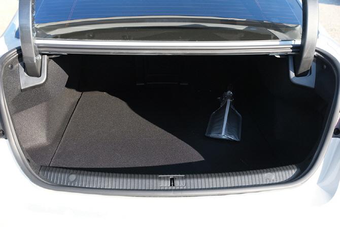 넉넉한 적재 공간을 갖춘 르노삼성 SM6 GDe LE의 트렁크