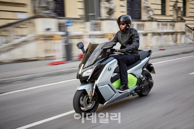 BMW, 전기스쿠터 '뉴C에볼루션' 국내 출시..2490만원