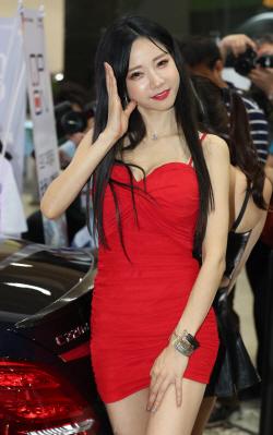 몸매 드러낸 밀착 드레스