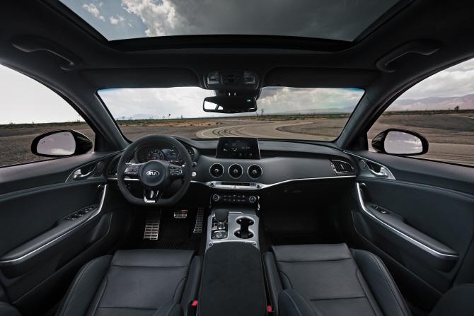 기아차 '스팅어 GTS', 깔끔한 실내 디자인