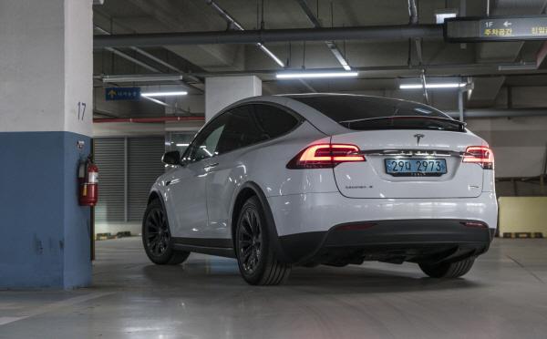 [시승기]못생겼지만 새 날개처럼 문이 열린다..테슬라 SUV 모델X