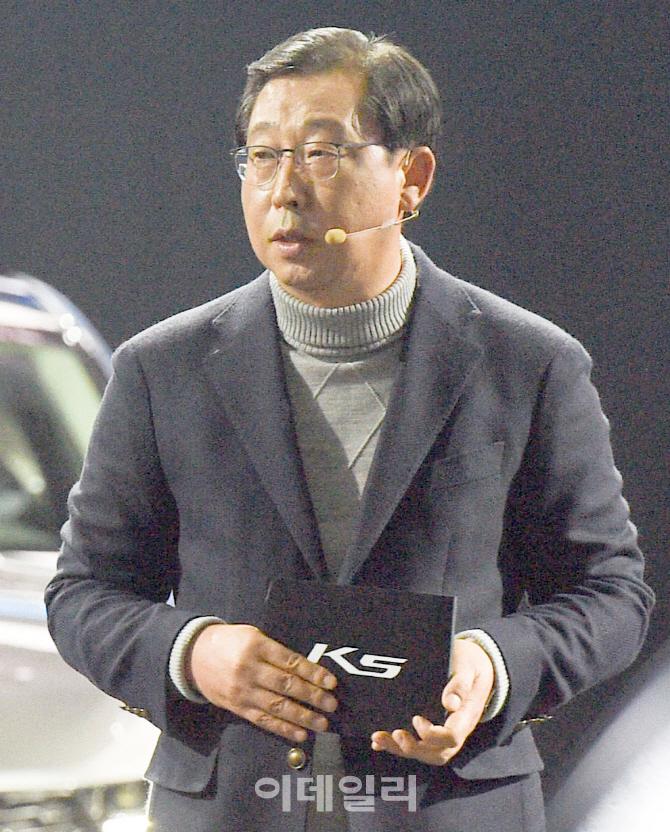 3세대 K5 소개하는 박한우 기아자동차 사장