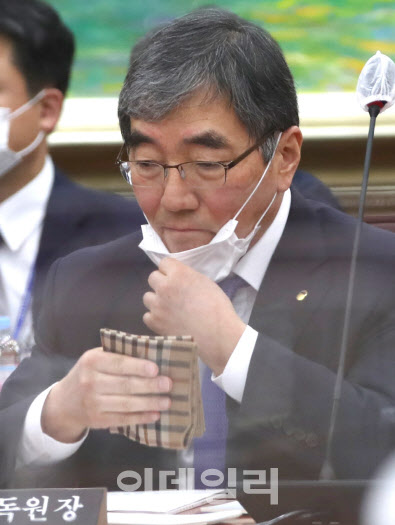 '내로남불' 금감원…금융사만 잡는다