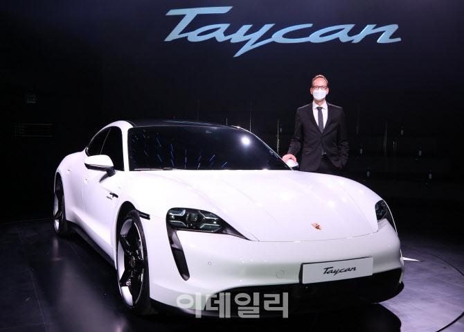 포르쉐 최초 순수 전기 스포츠카 '타이칸 4S'