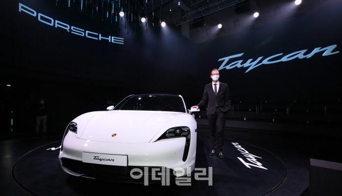 한국 상륙한 포르쉐 최초 순수 전기 스포츠카 '타이칸 4S'