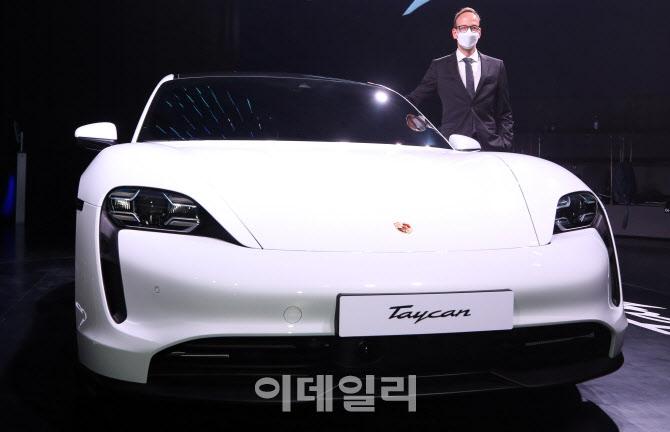 포르쉐  최초 순수 전기 스포츠카 '타이칸 4S'의 얼굴