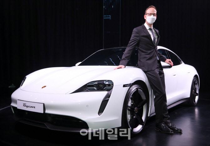 슈퍼카도 전기차 시대 '타이칸 4S' 한국 상륙